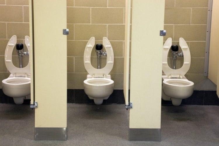 Vì sao ghế ngồi bồn cầu toilet công cộng lại có hình chữ U?