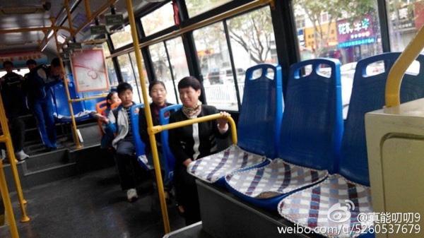 Những miếng đệm lót ghế xe buýt bị đánh cắp và lòng tốt của các tài xế
