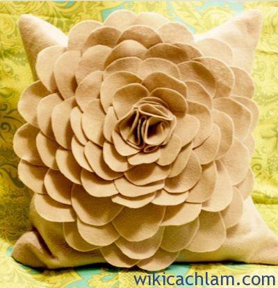 Cách trang trí gối tựa lưng sofa bằng hoa vải