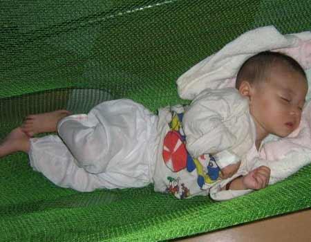 Vì sao nằm võng có hại cho trẻ nhỏ?