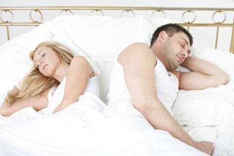 Tư thế nằm ngủ của hai vợ chồng nói lên điều gì?