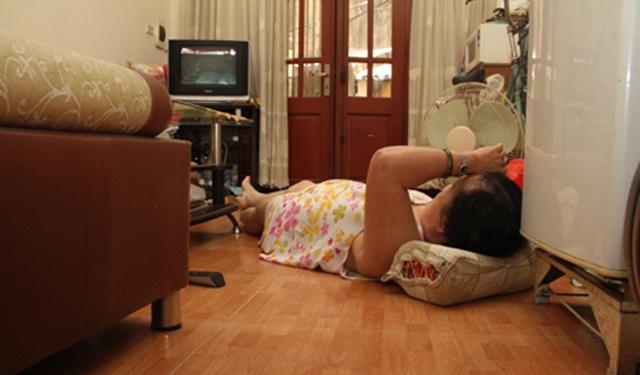 Sinh viên ngủ dưới sàn tránh nóng, thấy 'cơ thể nặng trĩu' mệt mỏi, nghe bác sĩ giải thích cô giật mình