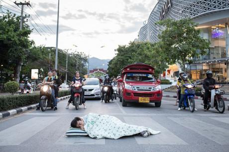 Chàng trai Thái Lan trải chăn, gối nằm ngủ khắp đường phố