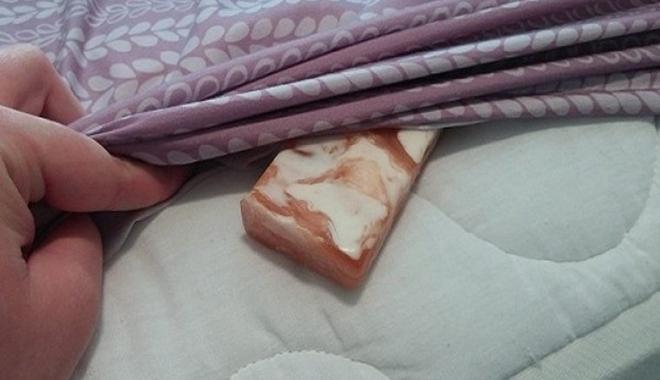 Đặt một bánh xà phòng dưới ga giường khi ngủ, điều gì sẽ xảy ra?